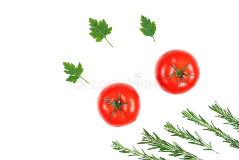 Φρέσκοι ντομάτα, μαϊντανός και δεντρολίβανο που απομονώνονται σε ένα άσπρο υπόβαθρο E Συστατικά τροφίμων, τοπ άποψη στοκ φωτογραφία