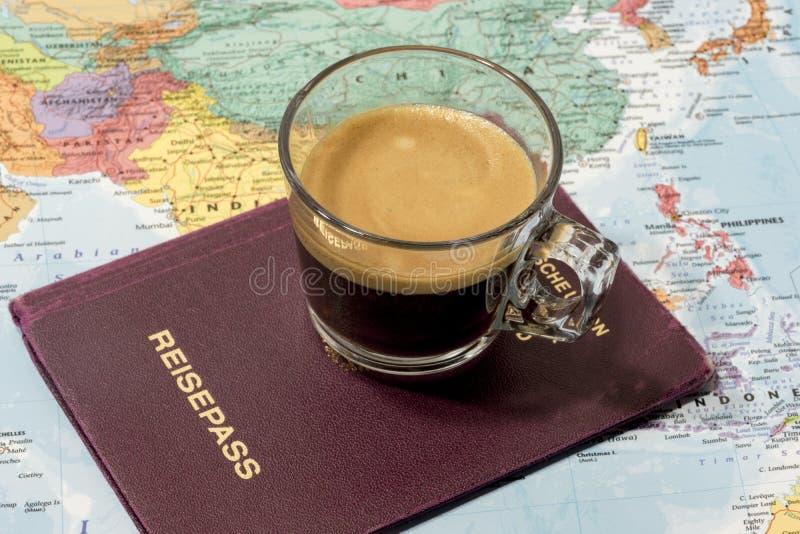 Φρέσκοι φλιτζάνι του καφέ, διαβατήριο και χάρτης στοκ φωτογραφία με δικαίωμα ελεύθερης χρήσης