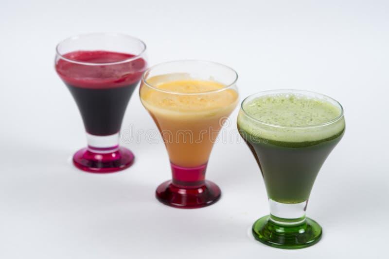 Φρέσκοι χυμοί Detoxing με το σέλινο, τα παντζάρια και το καρότο στα γυαλιά στοκ εικόνες