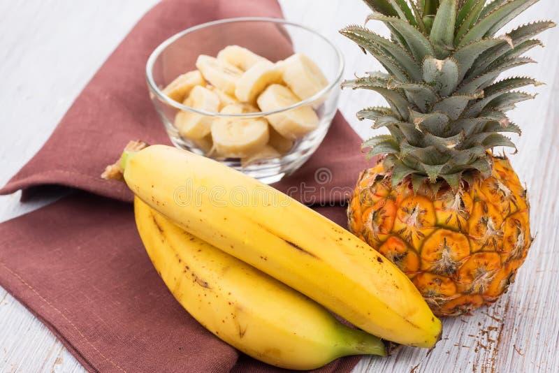 Φρέσκοι sbananas και ανανάς. στοκ φωτογραφίες με δικαίωμα ελεύθερης χρήσης