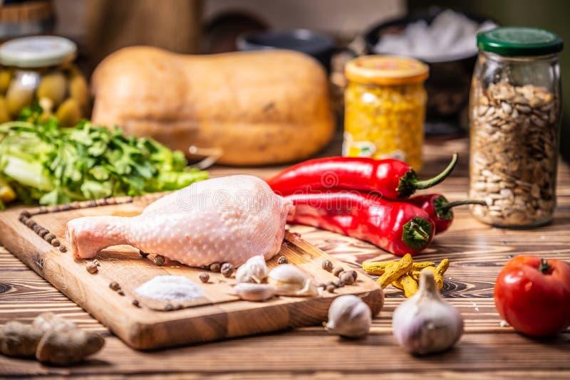 φρέσκος ακατέργαστος τυμπανόξυλων κοτόπουλου Κουζίνα, διατροφή στοκ εικόνες με δικαίωμα ελεύθερης χρήσης