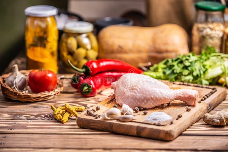 φρέσκος ακατέργαστος τυμπανόξυλων κοτόπουλου Κουζίνα, διατροφή στοκ φωτογραφία