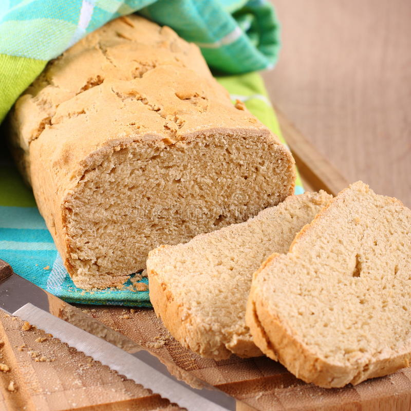 Φρέσκος από το ελεύθερο ψωμί γλουτένης φούρνων σε έναν τέμνοντα πίνακα στοκ φωτογραφίες με δικαίωμα ελεύθερης χρήσης
