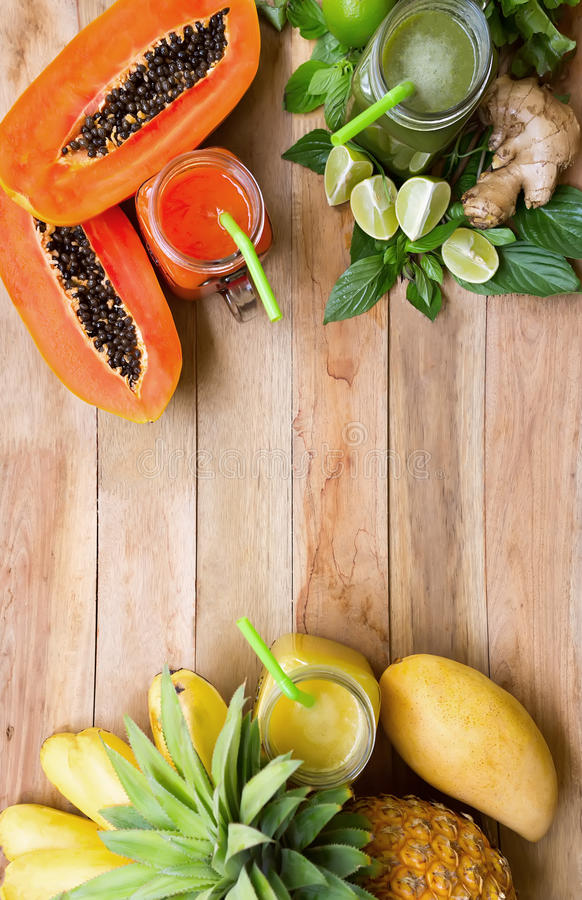 Φρέσκος καταφερτζής χυμών με τα τροπικά φρούτα στοκ φωτογραφίες