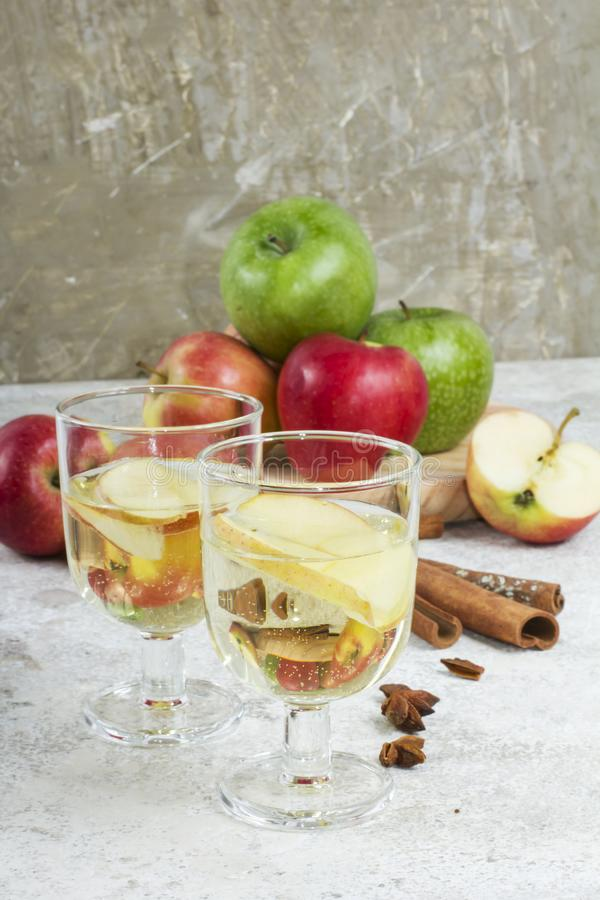 Φρέσκος οργανικός χυμός μήλων φθινοπώρου με τα καρυκεύματα στοκ φωτογραφίες