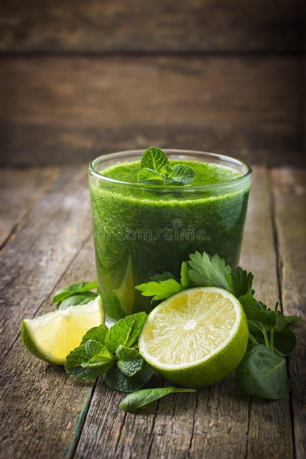 Φρέσκος πράσινος καταφερτζής με τα συστατικά στοκ εικόνα