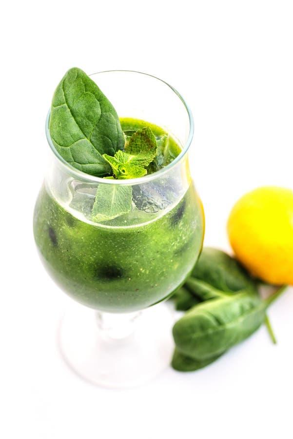 Φρέσκος πράσινος καταφερτζής με το φύλλο σπανακιού και λεμόνι στο γυαλί που απομονώνεται στο άσπρο υπόβαθρο, σπανάκι, αγγούρι, πο στοκ εικόνες με δικαίωμα ελεύθερης χρήσης