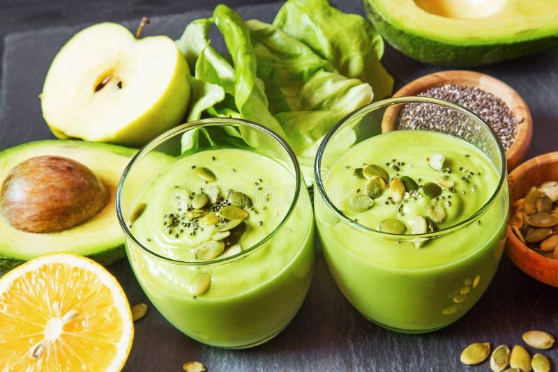Φρέσκος πράσινος καταφερτζής detox με το αβοκάντο, ακτινίδιο, σαλάτα με το pumpki στοκ εικόνες με δικαίωμα ελεύθερης χρήσης