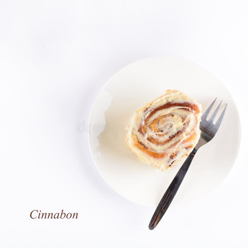 Φρέσκος ρόλος cinnabon με το λούστρο στο άσπρο υπόβαθρο Σπιτικό κουλούρι κανέλας Τοπ όψη Επίπεδος βάλτε διάστημα αντιγράφων στοκ φωτογραφίες με δικαίωμα ελεύθερης χρήσης