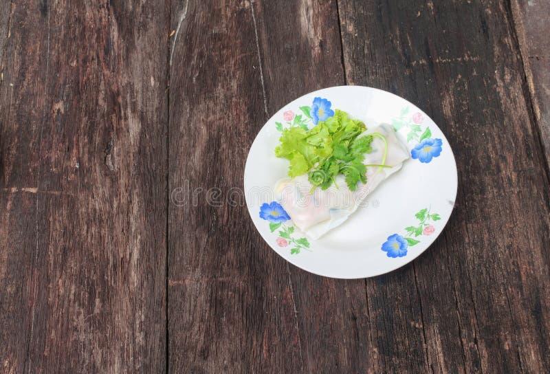 Φρέσκος ρόλος ανοίξεων με το λαχανικό και κορίανδρο στο πιάτο στοκ φωτογραφίες