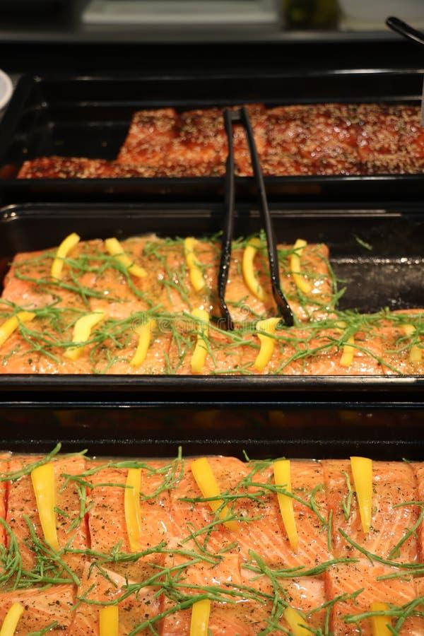 Φρέσκος σολομός σε μια αγορά ψαριών στοκ εικόνα με δικαίωμα ελεύθερης χρήσης