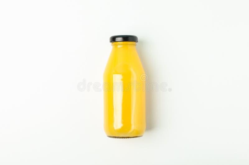 Φρέσκος χυμός από πορτοκάλι στο μπουκάλι στο άσπρο υπόβαθρο, διάστημα για το κείμενο στοκ φωτογραφία με δικαίωμα ελεύθερης χρήσης