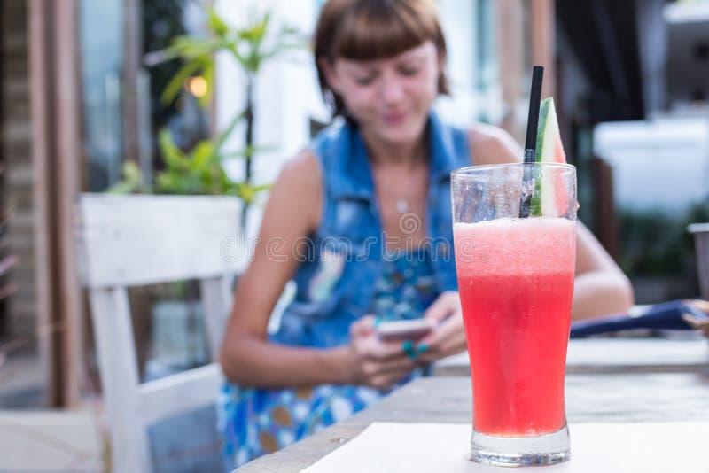 Φρέσκος χυμός καρπουζιών με τη μέντα, λεμονάδα Υγιές ποτό για το καλοκαίρι με τις βιταμίνες, κοστούμια για το χορτοφάγο Νέες γυνα στοκ φωτογραφία με δικαίωμα ελεύθερης χρήσης