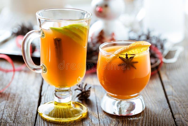 Φρέσκος χυμός πορτοκαλιών και μήλων με την πορτοκαλιά φέτα, το γλυκάνισο και το cinna στοκ εικόνες με δικαίωμα ελεύθερης χρήσης