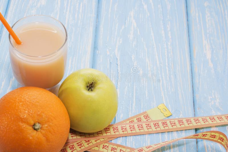 Φρέσκος χυμός συμπιεσμένων οργανικός φυσικός και μήλων στοκ φωτογραφία με δικαίωμα ελεύθερης χρήσης