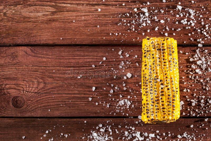 Φρέσκος ψημένος στη σχάρα σπάδικας καλαμποκιού με το άλας στον ξύλινο πίνακα στοκ φωτογραφία με δικαίωμα ελεύθερης χρήσης