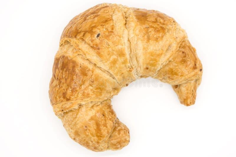 Φρέσκος croissant που απομονώνεται σε μια άσπρη κινηματογράφηση σε πρώτο πλάνο υποβάθρου του αρχείου με το ψαλίδισμα της πορείας στοκ φωτογραφία