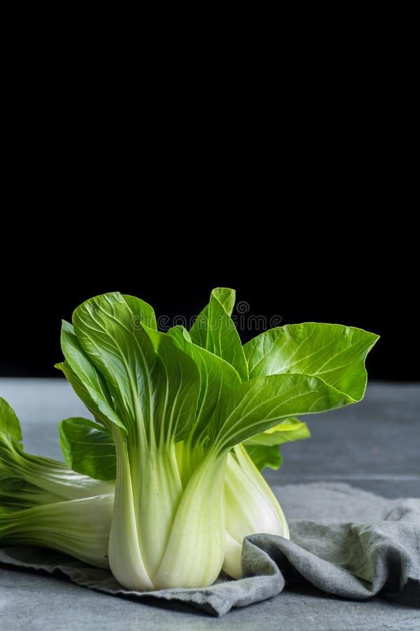 Φρέσκο ακατέργαστο μωρό Bok choy ή pak κινεζικό λάχανο choi στοκ εικόνα με δικαίωμα ελεύθερης χρήσης