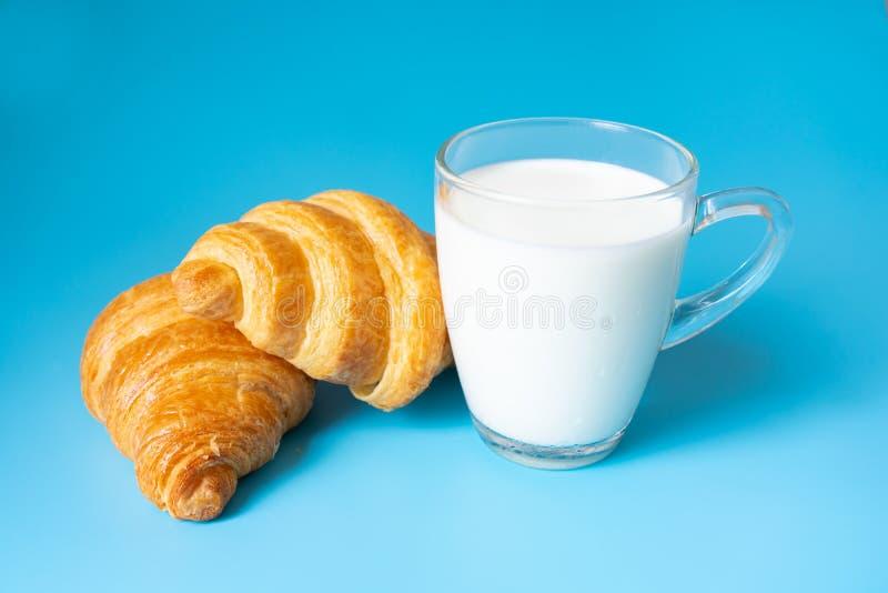 Φρέσκο γάλα και croissants για το πρόγευμα στοκ εικόνα με δικαίωμα ελεύθερης χρήσης