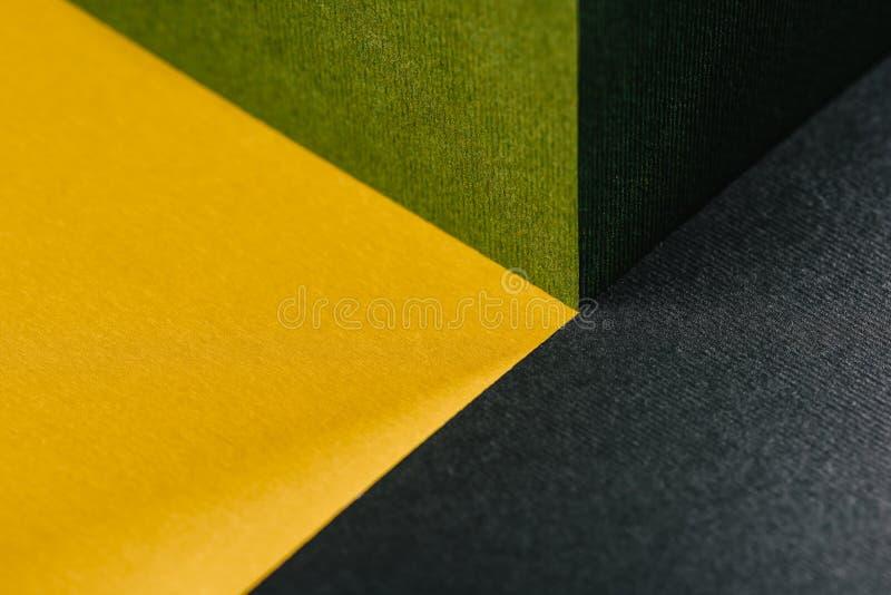 Φρέσκο γκρίζο αφηρημένο γεωμετρικό υπόβαθρο πράσινων, χρυσών κίτρινο και ξυλάνθρακα στοκ φωτογραφία με δικαίωμα ελεύθερης χρήσης