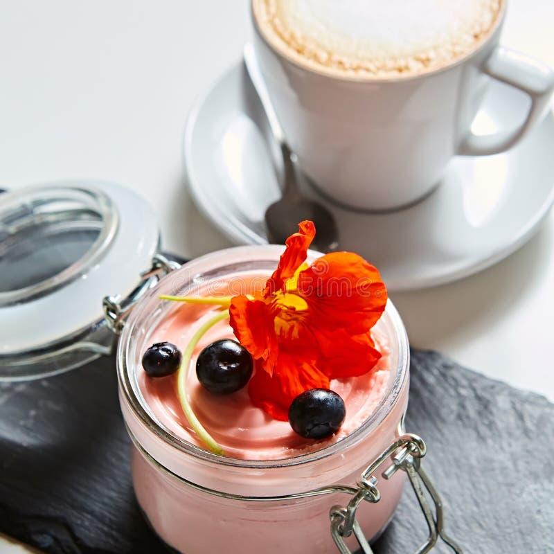 Φρέσκο επιδόρπιο γιαουρτιού φραουλών στο γυαλί, εκλεκτική εστίαση στοκ εικόνα