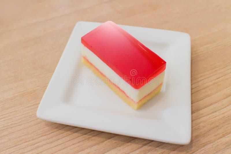 Φρέσκο ζωηρόχρωμο κέικ ζελέ φραουλών, δημοφιλές πιάτο επιδορπίων στοκ εικόνες