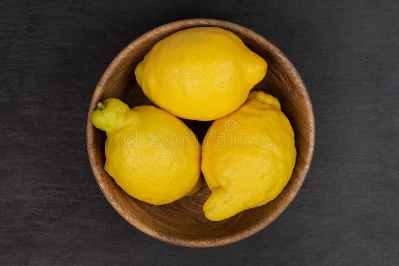 Φρέσκο κίτρινο λεμόνι στην γκρίζα πέτρα στοκ εικόνα