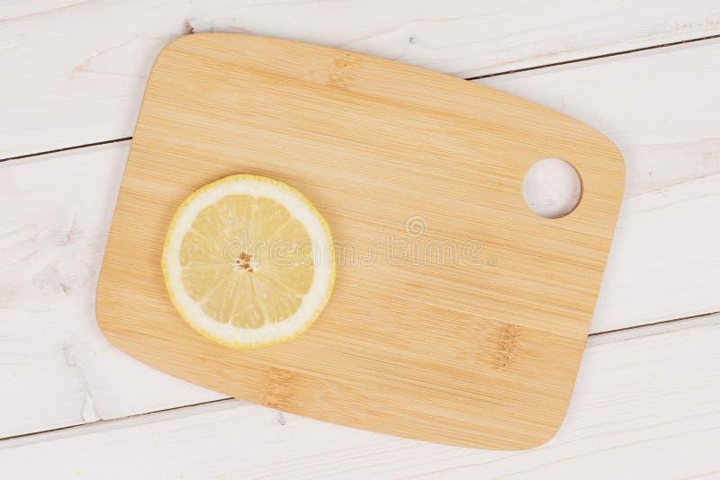 Φρέσκο κίτρινο λεμόνι στο γκρίζο ξύλο στοκ φωτογραφίες με δικαίωμα ελεύθερης χρήσης