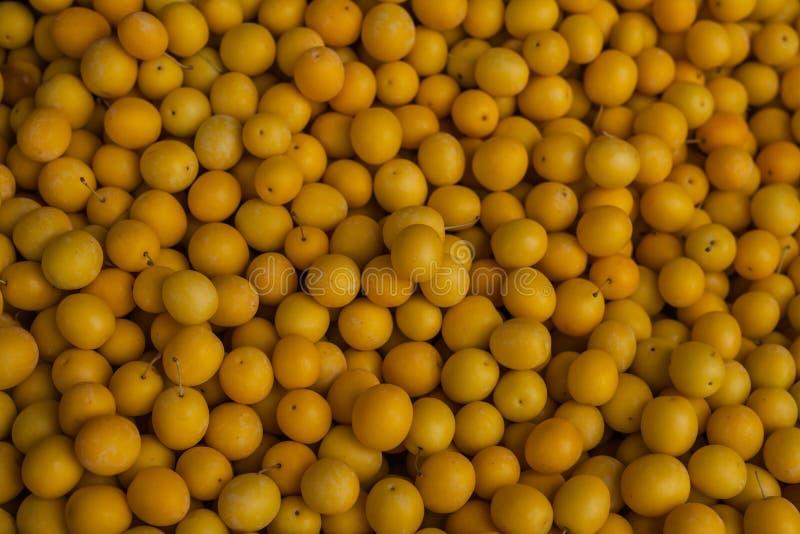 Φρέσκο κίτρινο tkemali δαμάσκηνων στην τοπική αγορά Γεωργία στοκ φωτογραφία