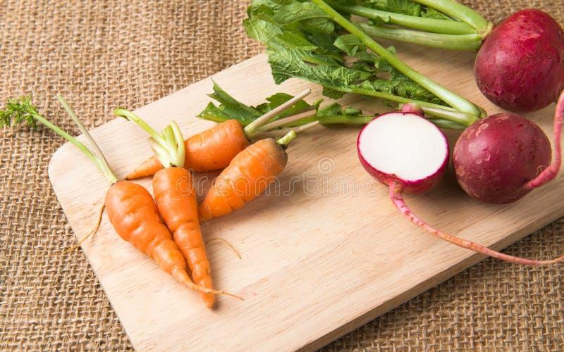 Φρέσκο καρότο και κόκκινο ραδίκι στοκ φωτογραφία με δικαίωμα ελεύθερης χρήσης