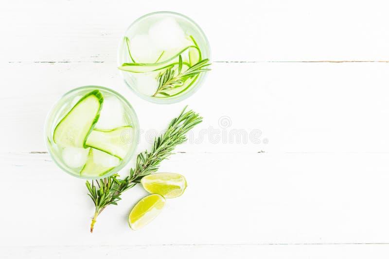 Φρέσκο κλαδάκι ποτών αγγουριών του δεντρολιβάνου δύο goblets γυαλιού σε ένα άσπρο ξύλινο υπόβαθρο Καλοκαίρι που αναζωογονεί detox στοκ φωτογραφία
