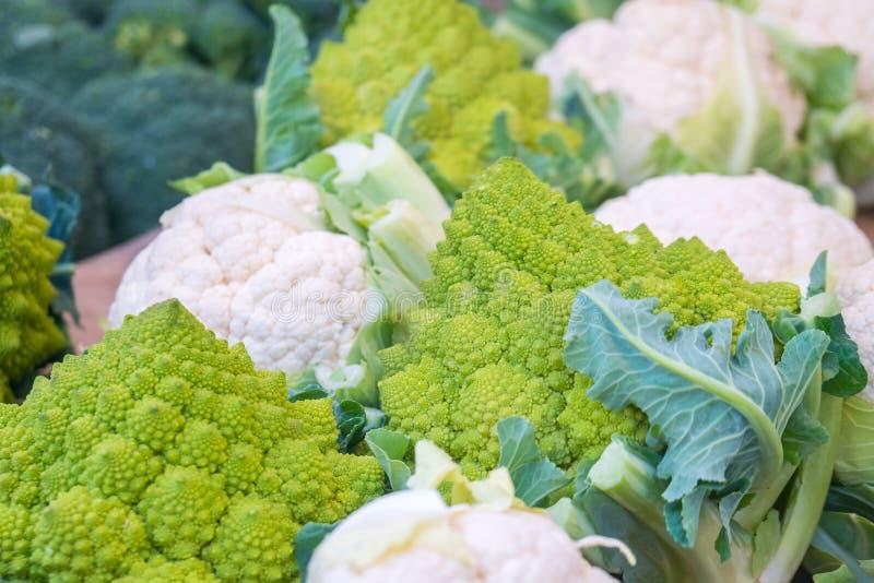 Φρέσκο κουνουπίδι με τα άσπρα κεφάλια και τα πράσινα φύλλα στην εβδομαδιαία αγορά στοκ φωτογραφίες με δικαίωμα ελεύθερης χρήσης