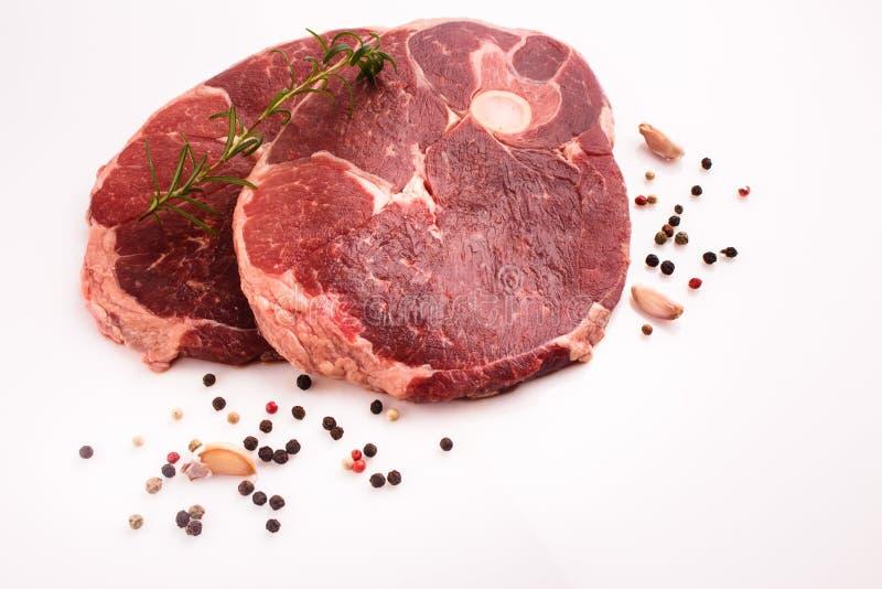 Φρέσκο κρέας αρνιών σε ένα άσπρο υπόβαθρο στοκ φωτογραφίες