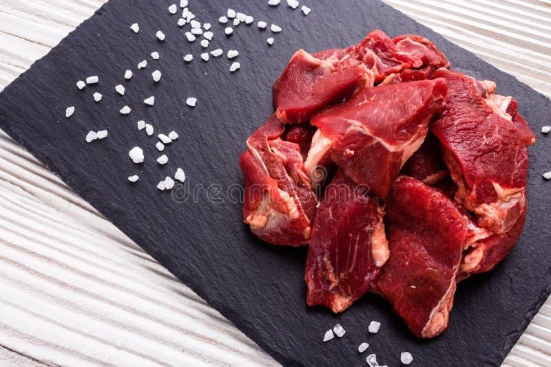 Φρέσκο κρέας αρνιών σε ένα κατασκευασμένο πιάτο πετρών στοκ φωτογραφία με δικαίωμα ελεύθερης χρήσης
