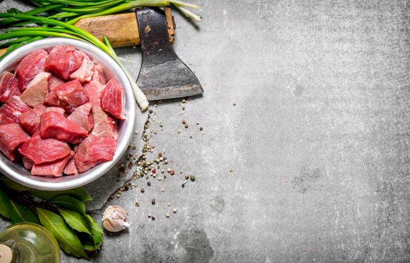 Φρέσκο κρέας που τεμαχίζεται με το τσεκούρι και τα καρυκεύματα στοκ φωτογραφία με δικαίωμα ελεύθερης χρήσης
