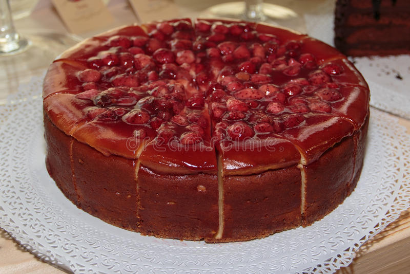 Φρέσκο κόκκινο κέικ με τη ζελατίνα φραουλών, μαρμελάδας και φρούτων στοκ εικόνα