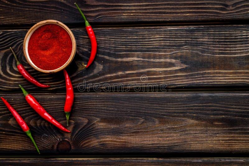 Φρέσκο κόκκινο πιπέρι τσίλι και ξηρά σκόνη ως συστατικό τροφίμων στο ξύλινο πρότυπο άποψης επιτραπέζιου υποβάθρου τοπ στοκ φωτογραφία με δικαίωμα ελεύθερης χρήσης