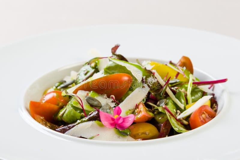 φρέσκο λαχανικό ντοματών σαλάτας μιγμάτων μαρουλιού αγγουριών στοκ εικόνα με δικαίωμα ελεύθερης χρήσης