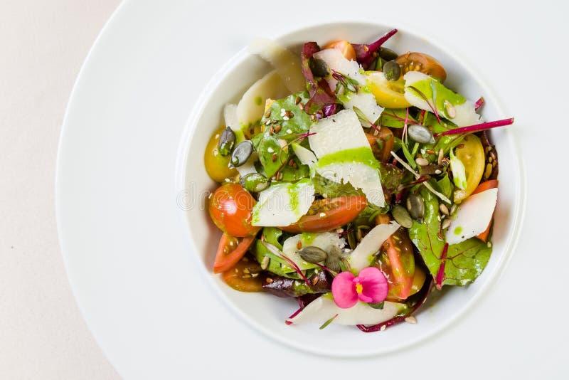 φρέσκο λαχανικό ντοματών σαλάτας μιγμάτων μαρουλιού αγγουριών στοκ εικόνες