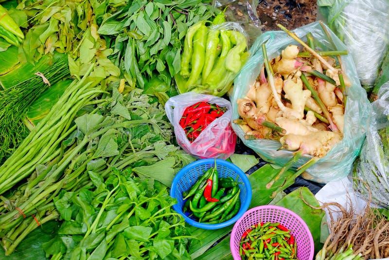 Φρέσκο λαχανικό που τίθεται στο φύλλο μπανανών στην τοπική αγορά Τσίλι ή πιπέρι, γλυκός βασιλικός, που αναρριχούνται wattle, μακρ στοκ φωτογραφία με δικαίωμα ελεύθερης χρήσης