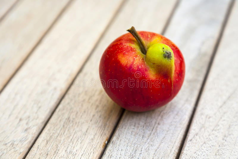 Φρέσκο μήλο με την αστεία παραμόρφωση στοκ φωτογραφίες με δικαίωμα ελεύθερης χρήσης