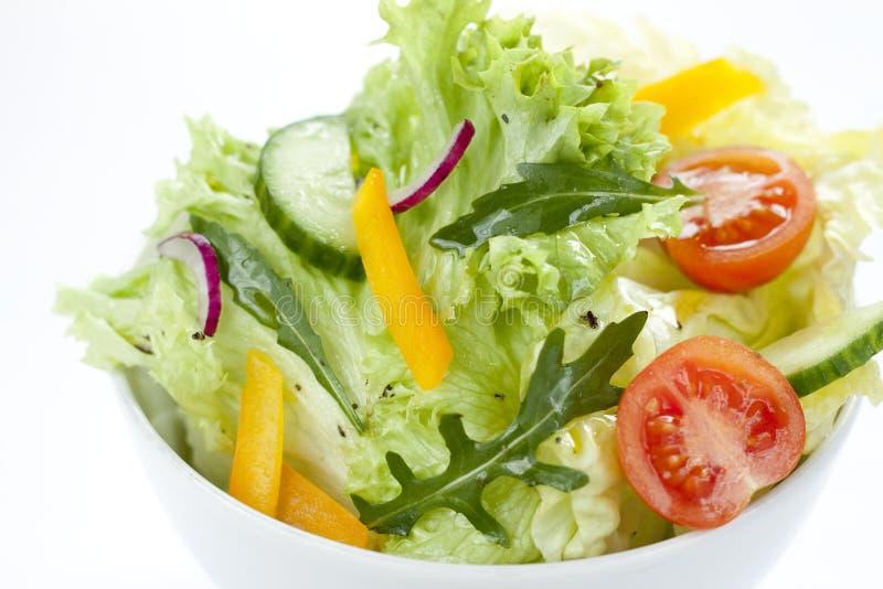 Φρέσκο μίγμα σαλάτας σε ένα άσπρο κύπελλο από ανωτέρω στοκ φωτογραφίες
