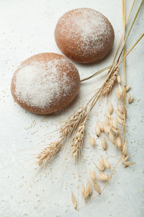 Φρέσκο μαύρο ψωμί, σπιτικά κέικ Αυτιά σίτου σε ένα άσπρο υπόβαθρο, κατακόρυφα στοκ εικόνες με δικαίωμα ελεύθερης χρήσης