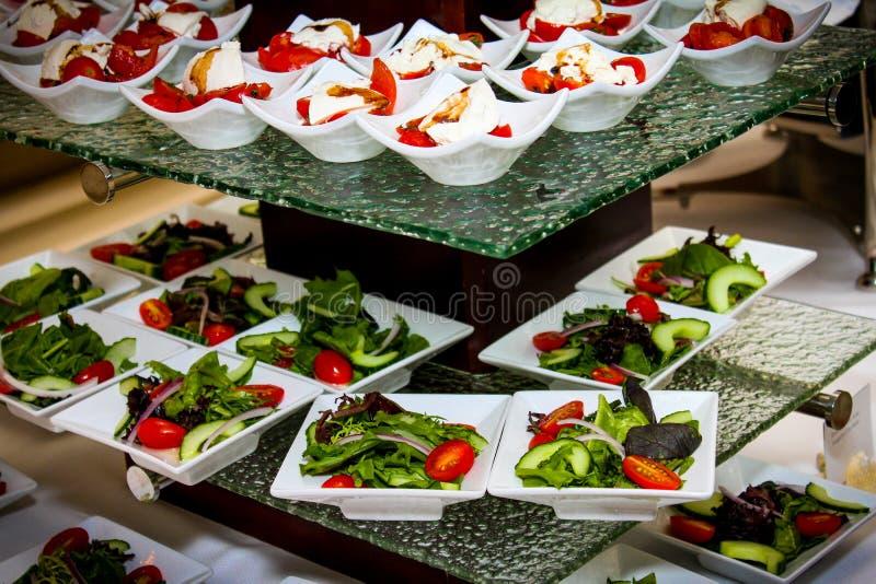 Φρέσκο μοτσαρελών ωριμασμένο άμπελος ελαιόλαδο της Virgin ντοματών πρόσθετο στοκ εικόνες