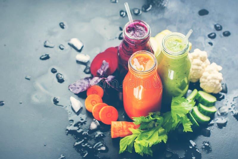 Φρέσκο μπουκάλι λαχανικών χρώματος καταφερτζήδων χυμού που τονίζεται στοκ εικόνες