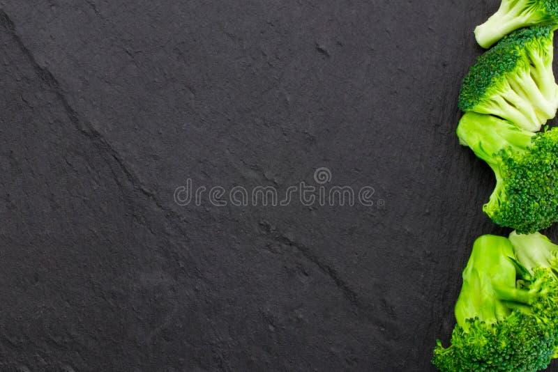 Φρέσκο μπρόκολο σε μια μαύρη πλάκα, τοπ άποψη με το διάστημα για το κείμενο στοκ φωτογραφίες με δικαίωμα ελεύθερης χρήσης