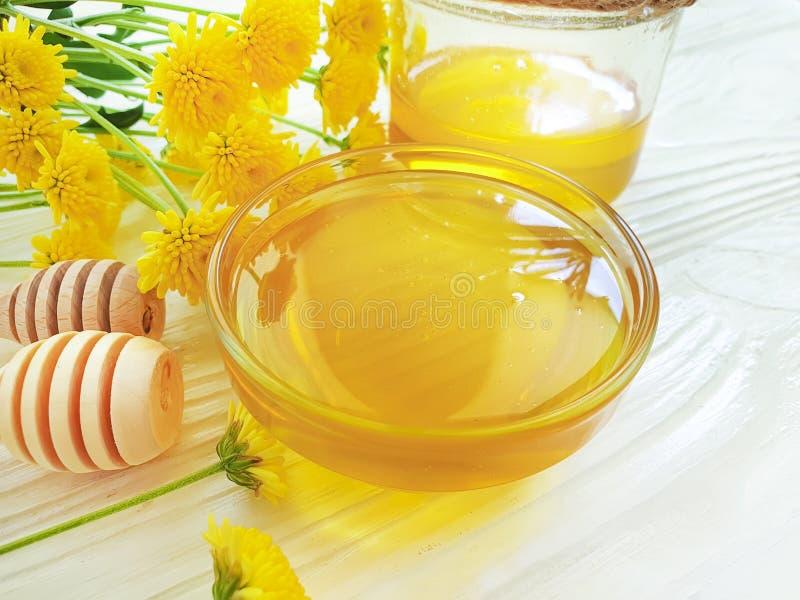 Φρέσκο οργανικό μέλι, κίτρινο συστατικό λουλουδιών χρυσάνθεμων στο ξύλινο υπόβαθρο, θερινή λιχουδιά στοκ εικόνα με δικαίωμα ελεύθερης χρήσης