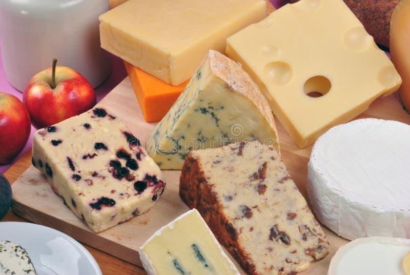 Download φρέσκο οργανικό Platter τυριών Στοκ Εικόνες - εικόνα από ξύλινος, γεύμα: 17059000