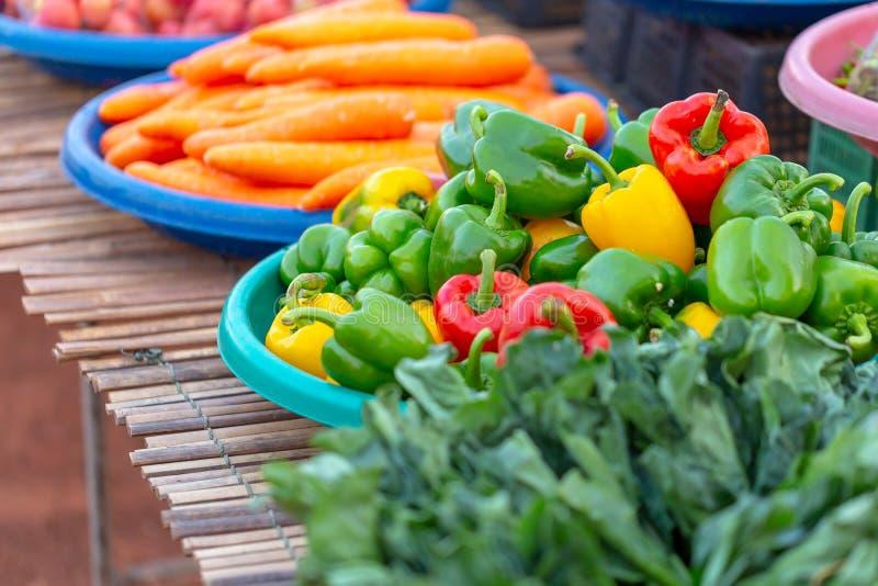 φρέσκο πιπέρι κουδουνιών ή καψικό, γλυκό πιπέρι στο φυτικό κατάστημα στην εγγενή αγορά στοκ φωτογραφίες με δικαίωμα ελεύθερης χρήσης