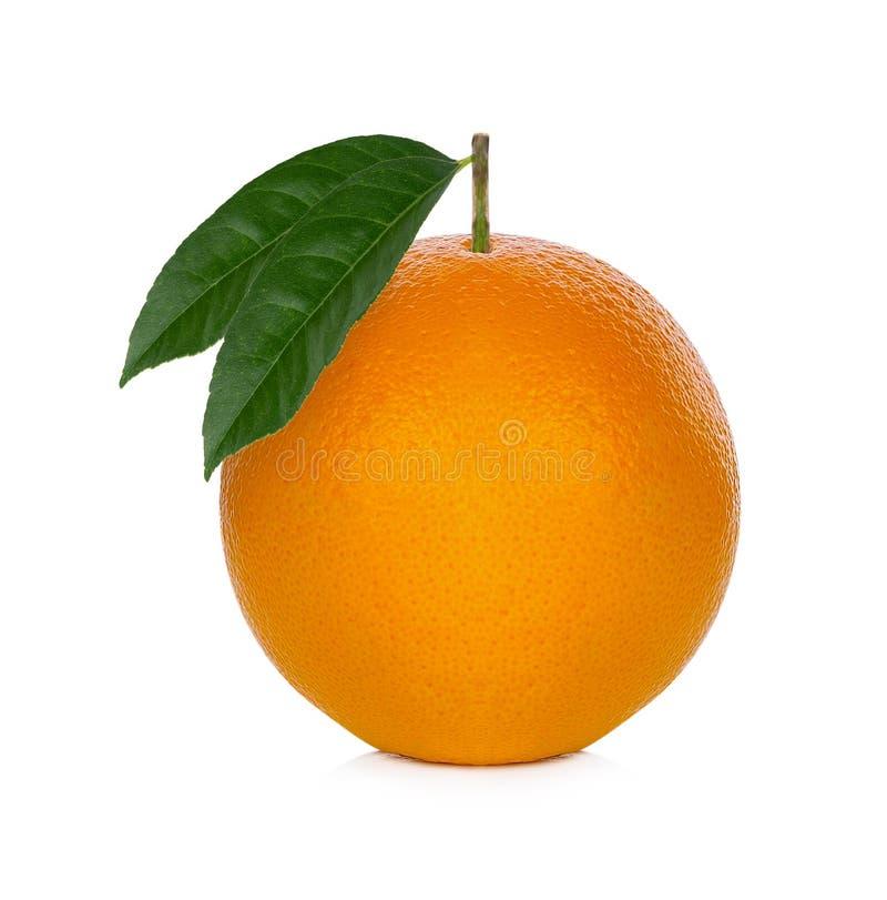 Φρέσκο πορτοκάλι από το αγρόκτημα στο άσπρο υπόβαθρο στοκ εικόνες